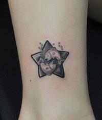 美女腿部卡哇伊的双鱼座纹身图案作品