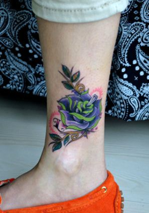 女孩子腿部玫瑰花纹身图案