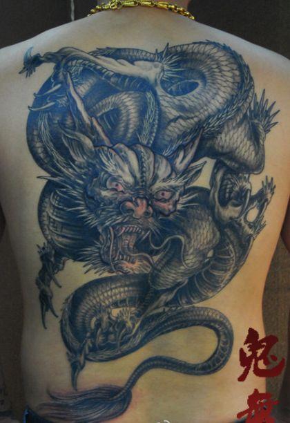 一款男生喜欢的霸气的满背龙纹身图案
