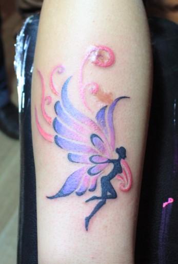 手臂一款彩色精灵翅膀纹身图案