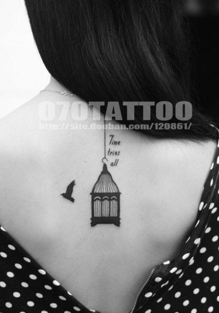 一款时尚的女孩子背部小鸟鸟笼纹身图案